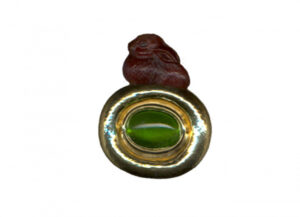 Benjamin-bunny-garnet-pin-with-oval-peridot-PIN16947-600×434