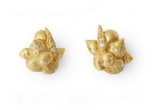 Shell-cluster-earrings-set-with-diamonds-SHE23311_2e86b8e1-c777-4e3c-a528-7f5f0e799335